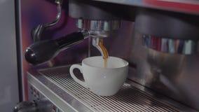 Fabricante y taza de café almacen de metraje de vídeo