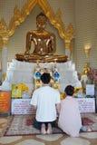 Fabricantes do mérito em um templo budista foto de stock royalty free