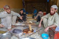 Fabricants de pain faisant cuire le pain dans la rue de nourriture, Lahore, Pakistan Photographie stock
