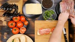 Fabrication d'un sandwich sain délicieux à la cuisine sur le conseil en bois banque de vidéos