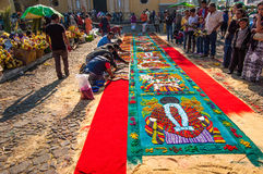 Fabrication d'un tapis de semaine sainte, l'Antigua, Guatemala Photos stock