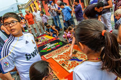 Fabrication d'un tapis de semaine sainte, l'Antigua, Guatemala Photos stock
