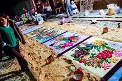 Fabrication d'un tapis de semaine sainte la nuit, l'Antigua, Guatemala Images stock