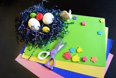 Fabrication d'une carte de Pâques fabriquée à la main scrapbooking photographie stock libre de droits