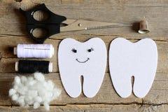 Fabrication d'une fée de dent de feutre opération guide D'un côté brodé avec le fil et les yeux et la bouche noirs de perles Appr Images stock