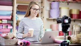 Fabrication d'une leçon visuelle, jeune femme de fleuriste enveloppant des fleurs en papier au fleuriste Elle essaye de composer  banque de vidéos