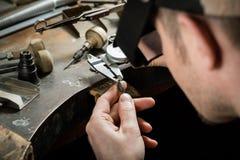 Fabrication de bijoux de métier photo libre de droits