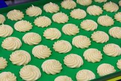 Fabrication de biscuits images libres de droits