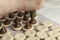 Fabrication de gâteau de chocolat Images stock