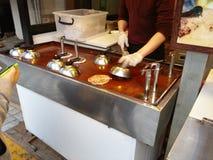Fabrication de Hodteok, un aliment coréen de rue Photographie stock