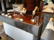 Fabrication de Hodteok, un aliment coréen de rue Image libre de droits