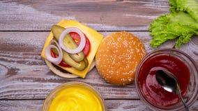 Fabrication de l'hamburger banque de vidéos