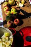 Fabrication de la compote de pommes à partir des pommes organiques de McIntosh Image stock