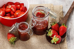Fabrication de la confiture de fraise Image stock
