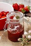 Fabrication de la confiture de fraise Photos libres de droits