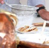 Fabrication de la crêpe néerlandaise Photos stock