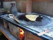 Fabrication de la crêpe turque traditionnelle de gozleme Photo libre de droits