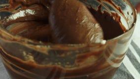Fabrication de la cr?me pour la mousse de chocolat avec la gel?e orange