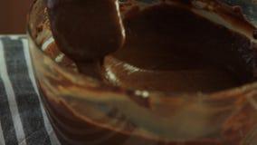 Fabrication de la cr?me pour la mousse de chocolat avec la gel?e orange clips vidéos