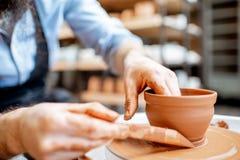 Fabrication de la cruche d'argile avec la roue de poterie images libres de droits