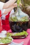 Fabrication de la liqueur de fines herbes photographie stock