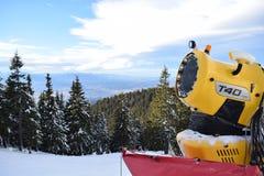 Fabrication de la neige dans Poiana images libres de droits
