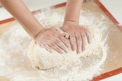 Fabrication de la pâte à la main à la boulangerie Image libre de droits