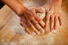 Fabrication de la pâte de pâtisserie pour le gâteau. Série. Image libre de droits