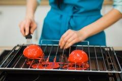 Fabrication de la pâtisserie de mousse, dessert de gélatine en plan rapproché de processus Images stock