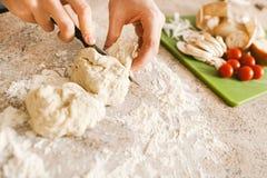 Fabrication de la pizza Images stock