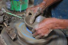 Fabrication de la poterie de terre faite main Photos stock
