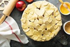 Fabrication de la tarte aux pommes à partir de zéro Images stock