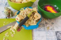 Fabrication de la tarte aux pommes faite maison avec les cuvettes colorées images stock