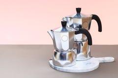 Fabrication de la tradition italienne de caf? par le pot de moka image libre de droits