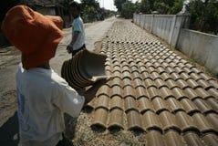 Fabrication de la tuile de toit Photographie stock libre de droits