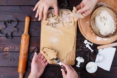Fabrication de pain d'épice Amis coupant des biscuits de pâte de pain d'épice Image stock
