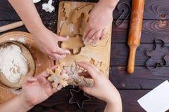 Fabrication de pain d'épice Amis coupant des biscuits de pâte de pain d'épice Images libres de droits