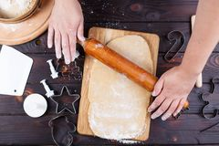 Fabrication de pain d'épice Femme roulant la pâte avec la goupille dessus photographie stock