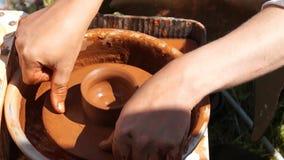 Fabrication de poterie d'argile banque de vidéos
