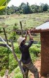 Fabrication de toit de maison de boue Photographie stock libre de droits