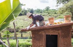 Fabrication de toit de maison de boue Photos libres de droits