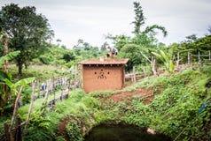 Fabrication de toit de maison de boue Photographie stock