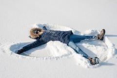 Fabrication des anges de neige dans la neige fraîche images stock