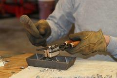 Fabrication des balles de rechargement d'avance dans la boutique à la maison Photo stock