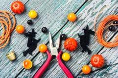 Fabrication des bijoux pour Halloween Images stock