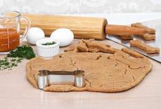 Fabrication des biscuits de chien faits maison de potiron image libre de droits