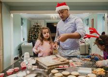 Fabrication des biscuits de Chritmas avec le papa Photos stock