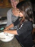 Fabrication des biscuits de cuisson images libres de droits