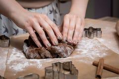 Fabrication des biscuits de pain d'épice de Noël, biscuit coupant et roulement photo stock