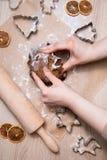 Fabrication des biscuits de pain d'épice de Noël, biscuit coupant et roulement photographie stock